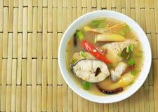 Пряные кипеть рыбы головы змейки и гриб соломы в супе Tom yum на шаре Стоковые Фото