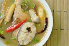 Пряные кипеть рыбы головы змейки и гриб соломы в супе Tom yum на шаре Стоковое Фото
