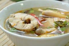 Пряные кипеть рыбы головы змейки и гриб соломы в супе Tom yum на шаре стоковые изображения