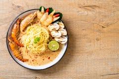 пряные макаронные изделия спагетти креветок (Том Yum Goong стоковые фотографии rf