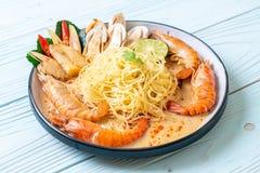 пряные макаронные изделия спагетти креветок (Том Yum Goong стоковое изображение rf