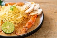 пряные макаронные изделия спагетти креветок (Том Yum Goong стоковая фотография