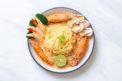 пряные макаронные изделия спагетти креветок (Том Yum Goong) стоковые фото