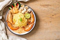 пряные макаронные изделия спагетти креветок (Том Yum Goong стоковое фото