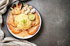пряные макаронные изделия спагетти креветок (Том Yum Goong стоковые фото