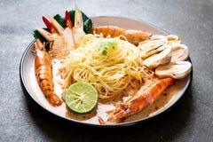 пряные макаронные изделия спагетти креветок (Том Yum Goong стоковое фото rf
