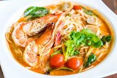 пряные спагетти с креветкой (kung Tom yum) стоковое фото