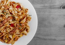 Пряные спагетти с макаронными изделиями томата на белой плите на черно-белом космосе экземпляра предпосылки стоковые изображения rf