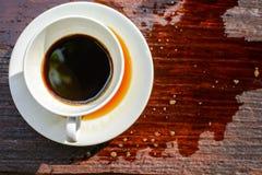 Пряные часы кофе и бумага новостей на старом bac природы деревянного стола Стоковая Фотография RF