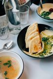 Пряные hummus и куриный суп в ультрамодном кафе Стоковая Фотография
