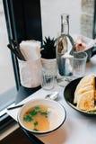 Пряные hummus и куриный суп в ультрамодном кафе Стоковое Изображение RF