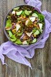 Пряный здоровый салат свежих зеленых цветов, красный лук, нуты, копченый сыр Стоковое Фото
