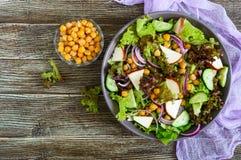 Пряный здоровый салат свежих зеленых цветов, красный лук, нуты, копченый сыр Стоковые Фото
