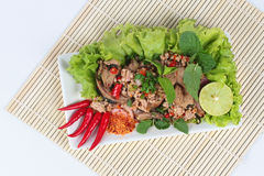 Пряный и кислый смешанный салат травы с свининой и цыпленок на бамбуке и белизне Взгляд сверху Стоковое Фото
