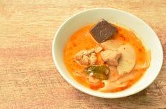 Пряный кипеть всход замаринованный куском бамбуковый с цыпленком и кровь в супе карри молока кокоса на шаре стоковое изображение rf