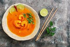 Пряный кислый суп с креветками Томом Yum Goong на деревенской предпосылке еда тайская Взгляд сверху, плоское положение стоковые фотографии rf
