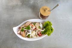 Пряный салат вермишели с семенить свининой и креветкой на белом блюде стоковое фото