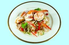 Пряный салат с креветкой Пряный салат с креветкой it& x27; еда s популярная тайская Травяной нюх Стоковая Фотография