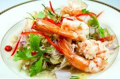 Пряный салат с креветкой это популярная тайская еда Травяной нюх Стоковые Фотографии RF