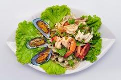Пряный смешанный салат Yum Talay морепродуктов на белой плите стоковое изображение rf