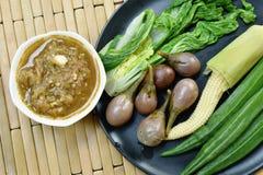 Пряный соус затира креветки съесть со смешанным кипеть овощем на плите стоковое изображение