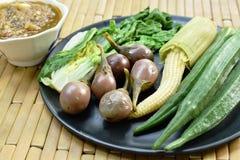 Пряный соус затира креветки съесть со смешанным кипеть овощем на плите стоковое изображение rf