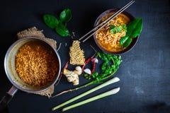 Пряный суп и овощи немедленных лапшей на черной предпосылке стоковая фотография