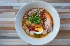 Пряный суп креветки с goong яичка или Tom yum, тайским стилем Стоковые Изображения RF