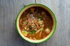 Пряный суп лапши с свининой, положил пегую лошадь стоковое изображение