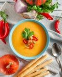 Пряный суп тыквы с перцем chili в шаре Стоковая Фотография