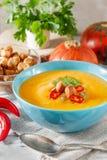 Пряный суп тыквы с перцем chili в шаре Стоковое Изображение RF