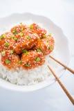 Пряный сладостный и кислый цыпленок с сезамом и рисом близкими вверх на белой предпосылке Стоковое Изображение RF
