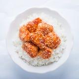 Пряный сладостный и кислый цыпленок с сезамом и рисом на белом взгляд сверху предпосылки Стоковые Изображения RF