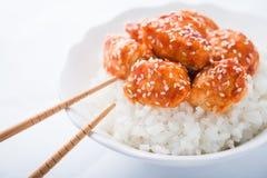 Пряный сладостный и кислый цыпленок с сезамом и рисом на белом конце предпосылки вверх Стоковые Изображения