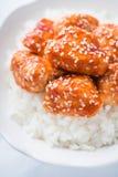 Пряный сладостный и кислый цыпленок с сезамом и рисом на белом конце предпосылки вверх Стоковые Фото