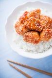 Пряный сладостный и кислый цыпленок с сезамом и рисом на голубой деревянной предпосылке Стоковое Изображение
