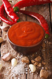 Пряный тайский соус Sriracha чилей с концом-вверх ингридиентов Vert Стоковые Фотографии RF
