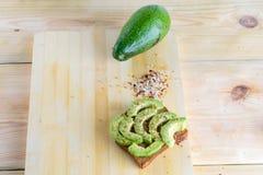 Пряный тост авокадоа - здоровый взгляд сверху завтрака стоковая фотография