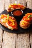 Пряный цыпленок филе cajun испеченный с концом-вверх сыра и болгарского перца на доске r стоковые изображения