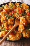 Пряный цыпленок в оранжевом крупном плане соуса вертикально стоковое фото