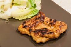 Пряный цыпленок с зеленым цветом салата Стоковая Фотография