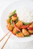 Пряный цыпленок с овощами (зеленые фасоли и красный пеец) и рисом Стоковая Фотография