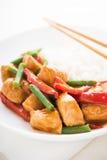 Пряный цыпленок с овощами (зеленые фасоли и красный пеец) и рисом Стоковые Изображения RF