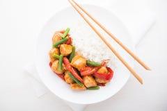 Пряный цыпленок с овощами (зеленые фасоли и красный пеец) и рисом Стоковое Фото