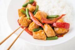Пряный цыпленок с овощами (зеленые фасоли и красный пеец) и рисом Стоковое Изображение