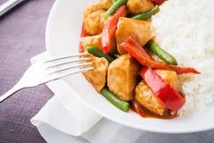 Пряный цыпленок с овощами (зеленые фасоли и красный пеец) и рисом Стоковая Фотография RF