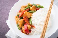 Пряный цыпленок с фасолями овощей зелеными и красным перцем и рисом Стоковое Изображение