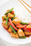 Пряный цыпленок с фасолями овощей зелеными и поднимающим вверх красного перца и риса близким Стоковое Изображение RF