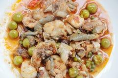 Пряный stir зажарил мясо лягушки и карри баклажана на плите Стоковая Фотография