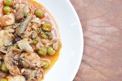 Пряный stir зажарил мясо лягушки и карри баклажана на плите Стоковое Фото